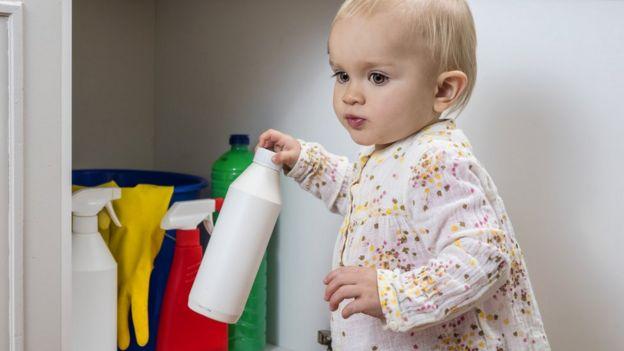 Bebê mexe em produto de limpeza