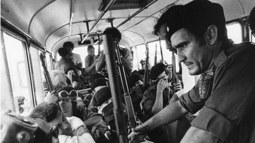 Edén Pastora en el bus que levó a los comandos y prisioneros sandinistas liberados al aeropuerto.