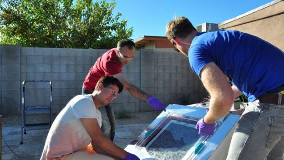 Pesquisadores da Universidade de Berkeley testam a caixa que coleta água