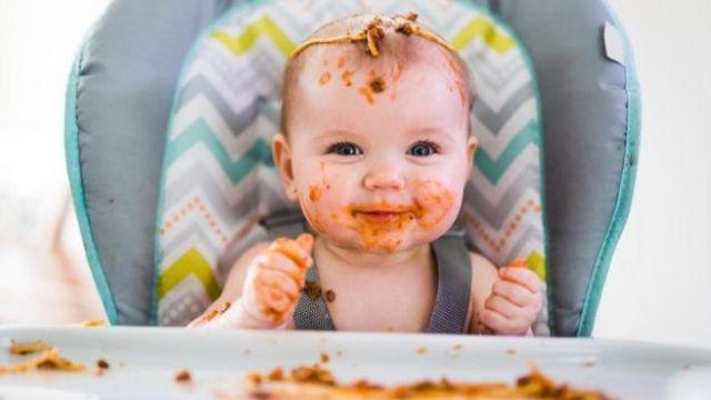 Bebê sujo de comida
