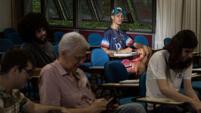 Thiago Torres em sala de aula da FFLCH