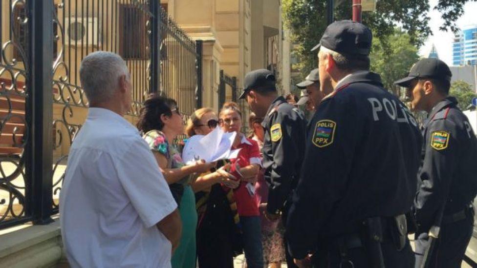 Şikayətçilər polis qarşısında