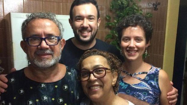 Clóvis junto com os filhos e a esposa