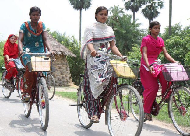 Niñas en bicicleta en el estado de Bihar, en India.