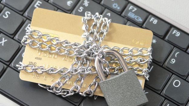 tarjeta con candado en el teclado de una computadora