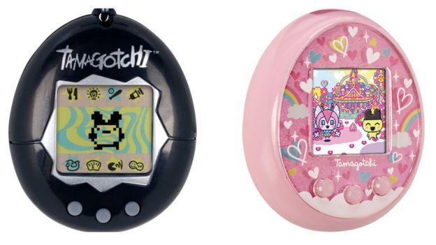 El Tamagotchi original, a la izquierda y el Tamagotchi On que Bandai planea lanzar este año.