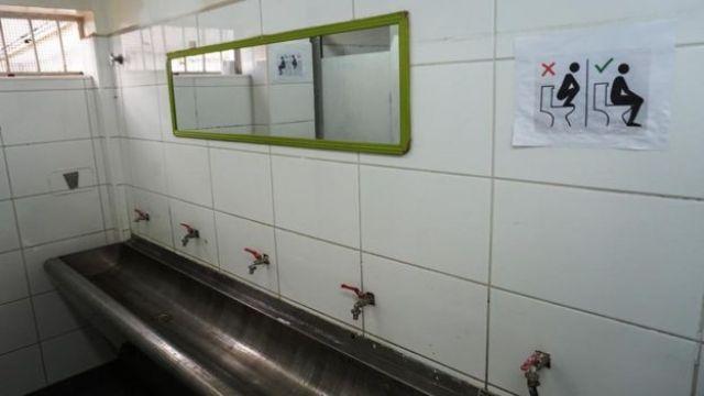 Aviso en el baño de la Fundación Fré.