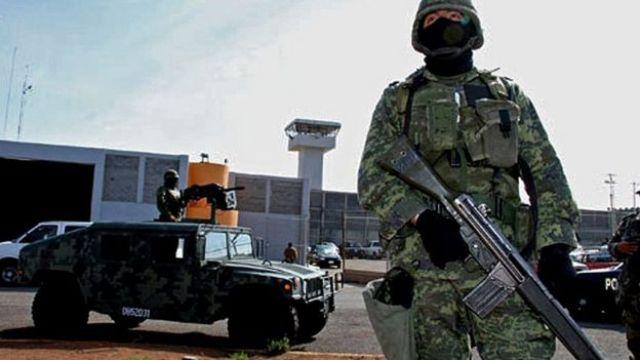 Militares ante la prisión de Piedras Negras, Coahuila, México, el 18 de septiembre de 2012, después de la fuga de decenas de prisioneros.