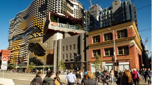 Fachada do prédio da universidade Instituto Real de Tecnologia de Melbourne
