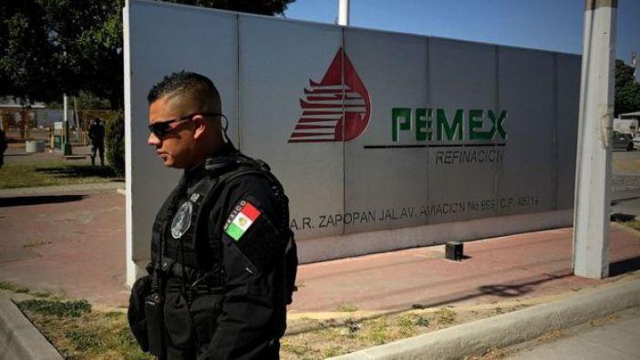 Militar mexicano frente a una de las refinerías de Pemex.
