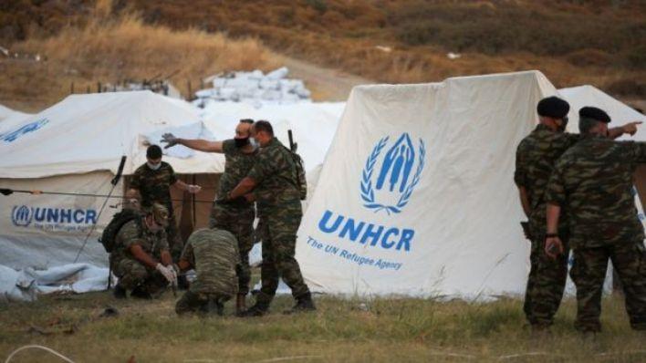 الجنود اليونانيون يشاركون في نصب خيام للاجئين.