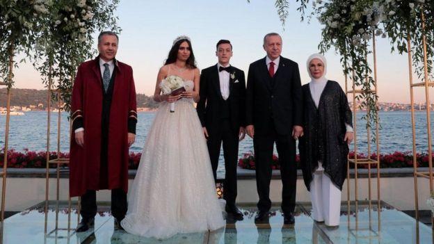 Erdogan iyo afadiisa oo sawir la galaya qoyska arooska ah