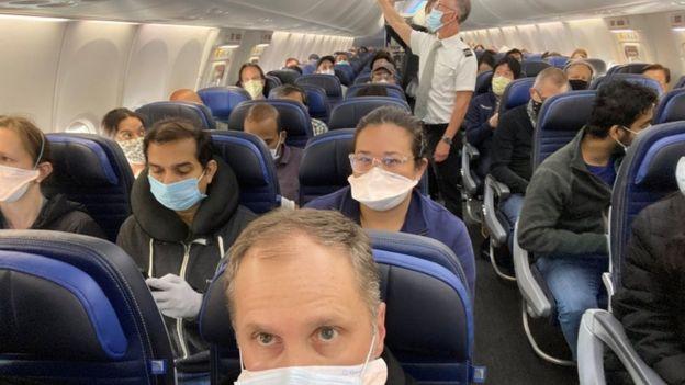 Ethan Weiss y un avión lleno de personas con tapabocas.