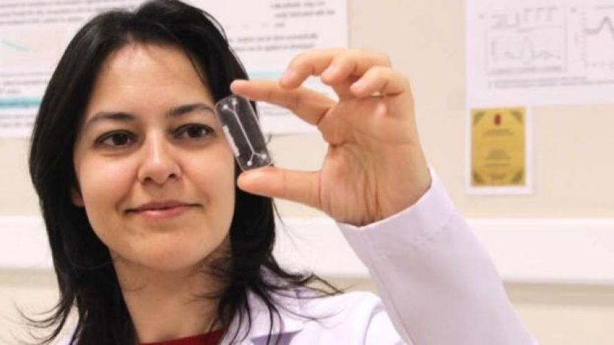 Ahu Arslan Yildiz holds up a bioprinted cancer tumour