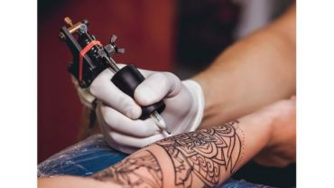 braço sendo tatuado