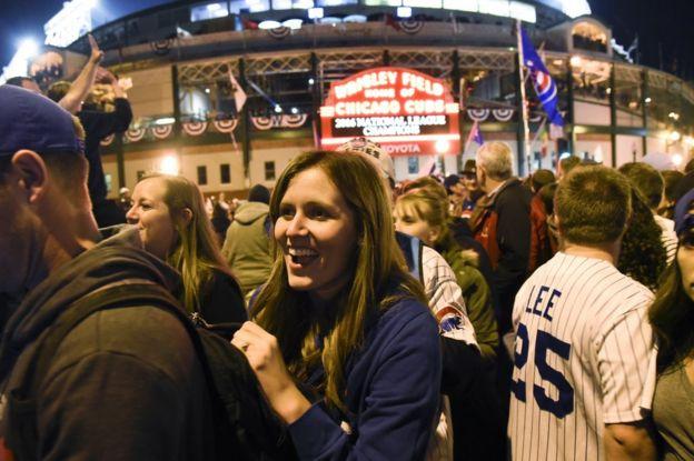 Chicago Cubs fans celebrate in Chicago, 22 October