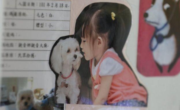 Una niña con un perrito
