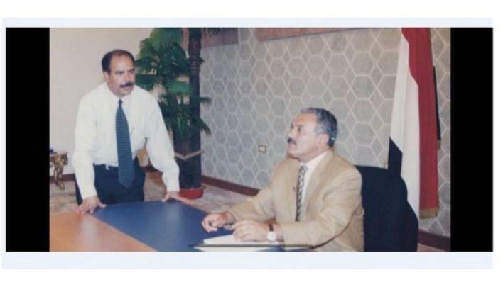الرئيس اليمني الراحل على صالح مع الصحفي أنور العنسي