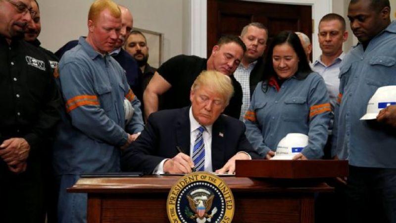 Трамп подписывает закон о тарифах в окружении рабочих