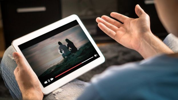 Tablet com um filme rodando