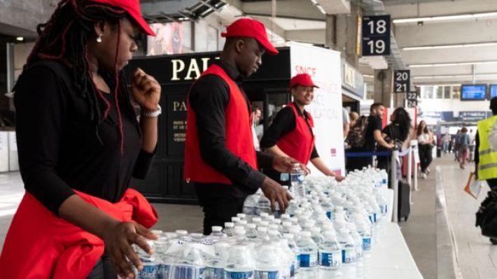 Botellas de agua se distribuyen gratuitamente en la estación de metro de Montparnasse en París.