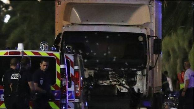 Parabrisas del camión con impactos d de bala