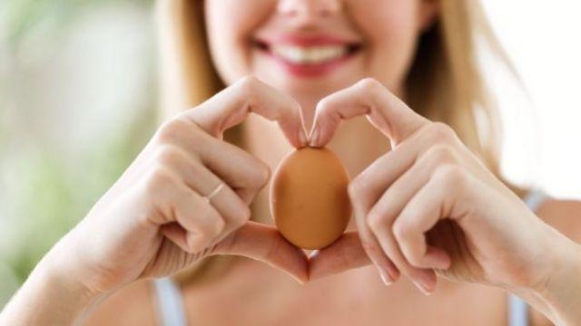 Mujer con huevo