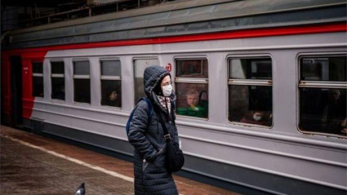 Una persona frente a un tren del metro de Moscú