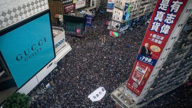 Nhiều đường phố chật đông nghẹt trong lúc người biểu tình vẫn tiếp tục đổ về trung tâm Hong Kong