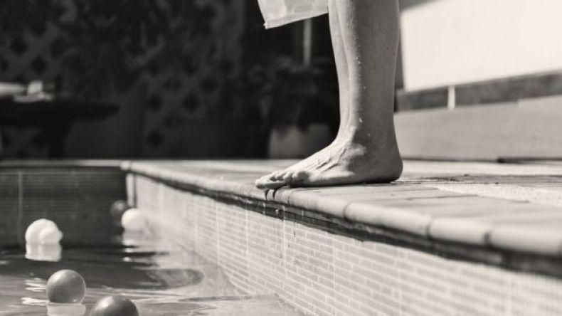 Pies fuera de piscina.