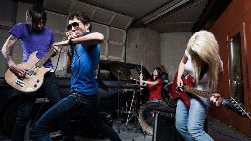 Imagem mostra integrantes de uma banda tocando