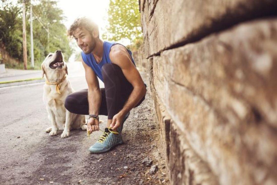 Un joven y su perro salen a correr.