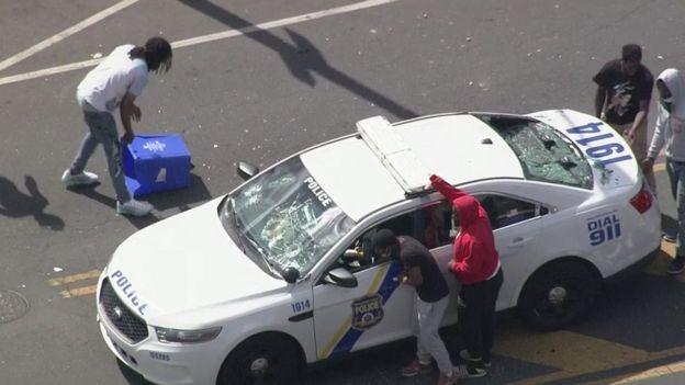 هجوم على سيارة للشرطة في فيلادلفيا