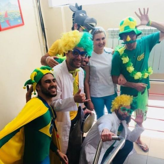Brasileiros visitando hospital