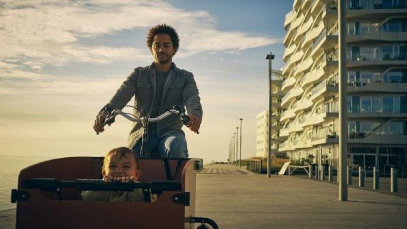 Pai dinamarquês levando o filho para um passeio de bicicleta