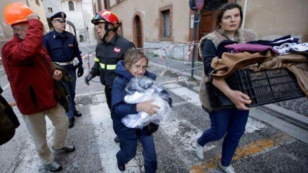 Residentes de Norcia cargan sus pertenencias mientras desalojan sus casas