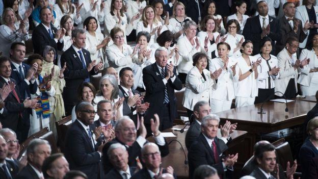 Mujeres demócratas vestidas de blanco