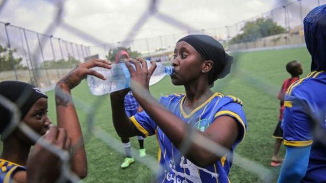 Des Somaliennes jouant au football à Mogadiscio.
