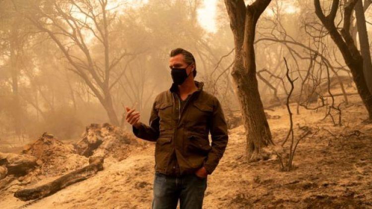 El gobernador de California, Gavin Newsom, investigando los daños causados por el Fuego del Complejo Norte, en Butte County, California, el 11 de septiembre de 2020.