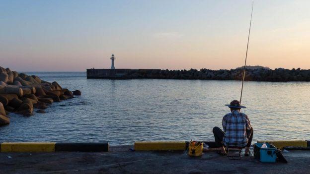 صياد في ميناء سيوغويبو، بجزيرة جيجو