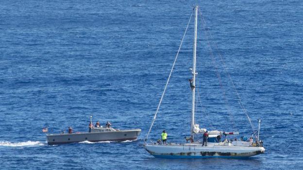 O USS Ashland chegou para dar suporte às velejadores um dia após alerta emitido por navio de pesca