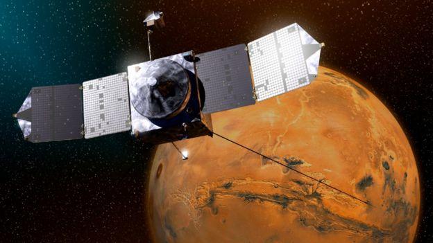 Ilustración de la sonda MAVEN con Marte al fondo