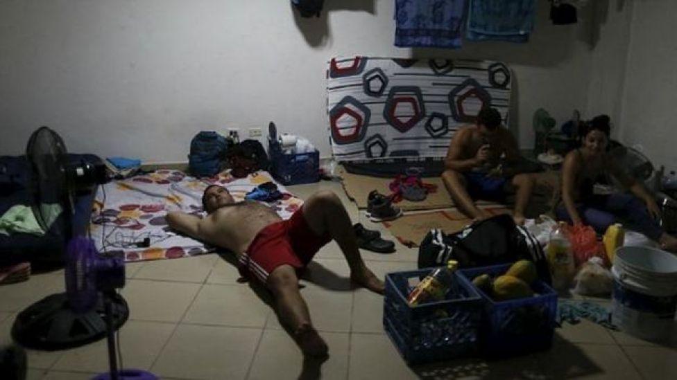 Migrantes cubanos aguardan en un albergue de Panamá