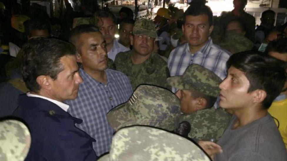 El presidente de México, Enrique Peña Nieto (izq.), visitó el lugar de la tragedia