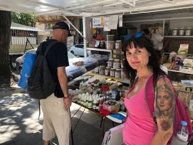A vendedora Anabella Quintana posa para foto próxima a uma banca de comércio