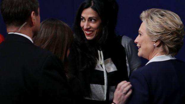 Huma Abedin, phụ tá của bà Clinton, là tâm điểm của tranh cãi gần đây