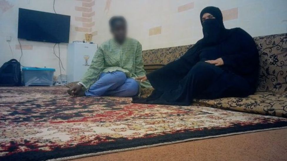 16 yaşındaki Gineli Fatou (gerçek adı değil) Kuwait City'deki satıcısıyla birikte.