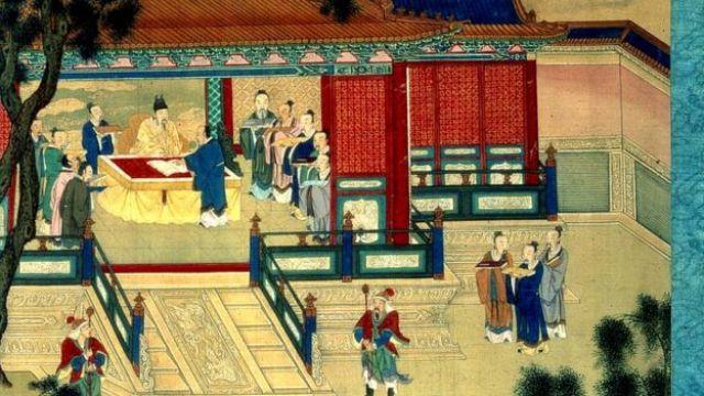 Emperador de la dinastía Han con eruditos traduciendo textos clásicos.