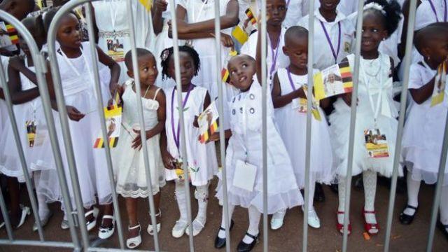 Des écoliers attendent l'arrivée du Pape François à la cathédrale de Lubaga à Kampala le 28 novembre 2015.