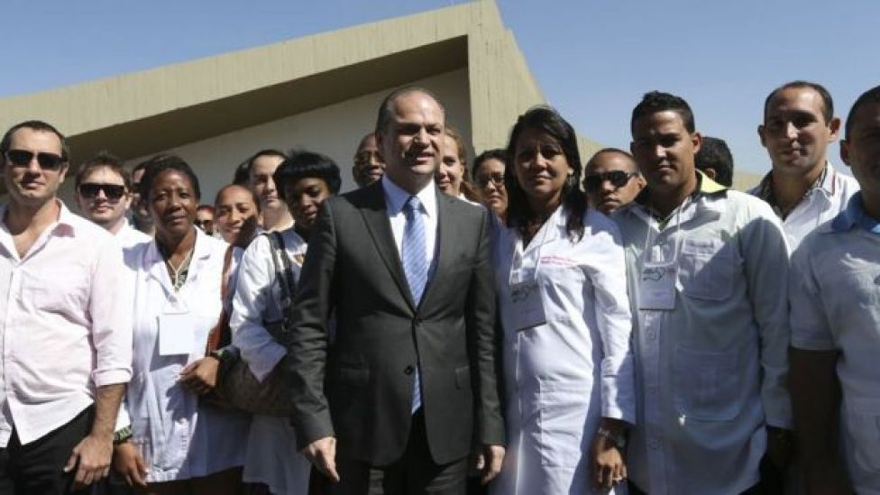 El entonces ministro da Salud de Brasil, Ricardo Barros recibe a los profesionales de Más Médicos en 2016